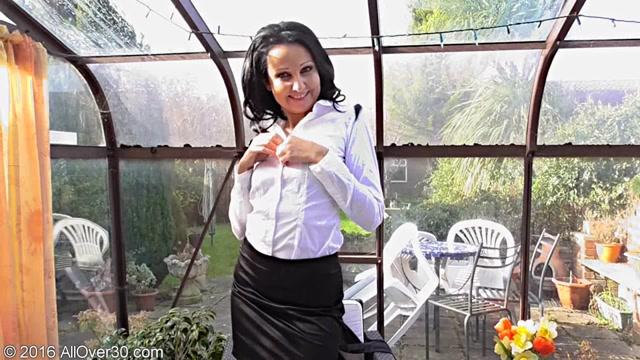 Julie_D_-_35_Years_Old_Milf.00001.jpg